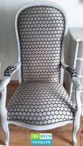 comment retapisser un canapé restauration d un fauteuil de type voltaire relooking meuble