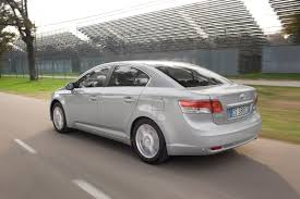 toyota family car toyota avensis saloon review 2009 parkers