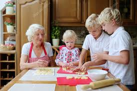cuisiner avec ses enfants grand mère avec ses petits enfants cuisson dans la cuisine