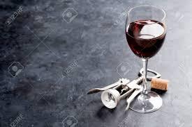 sur la table wine glasses verre à vin rouge et tire bouchon sur la table de pierre avec copie