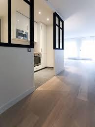 cuisine blanche ouverte sur salon rénovation d un appartement parisien cuisine blanche moderne