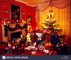 red livingroom christmas tree and toys in red livingroom with garland over
