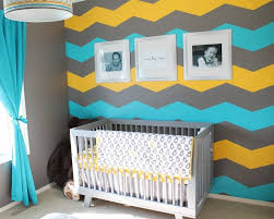 chambre bébé turquoise et gris decoration décoration murale chambre bébé mur chevrons gris jaune