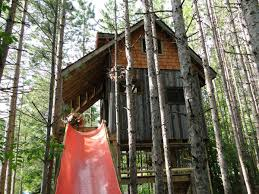 lynn knowlton u0027s recycled material tree house tiny house getaway