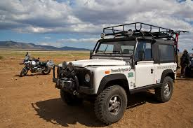 land rover 110 overland file lad rover defender and bmw r1150gs jpg wikimedia commons