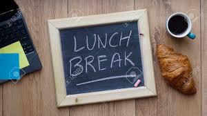 petit d駛euner au bureau pause déjeuner écrit sur un tableau à côté d un petit déjeuner au