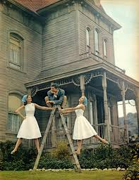 anthony perkins in front of the psycho house horror movie