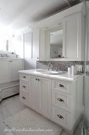 vanité chambre de bain beaucoup de blanc un peu de gris chambre et salle de bain des