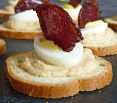 cailles sur canapé canapés à la mousse de foie gras oeuf de caille et chips de magret