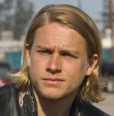 how to get thecharlie hunnam haircut hunnam rock n roll hairstyle with long side bangs with spiky hair