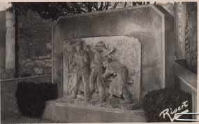 reverbere en fonte le monument du travail à saint restitut drôme 26 sud drôme