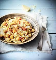 comment cuisiner les petoncles recette spaghettis aux pétoncles chips d ail et pecorino