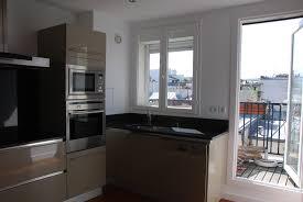 cuisine avec fenetre fenetre bandeau cuisine contre le mur du fond sous la fentre