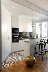 cuisine blanche parquet 56 idées comment décorer appartement voyez les propositions