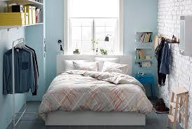 disposition des meubles dans une chambre chambre adulte 30 idées déco et meubles compacts