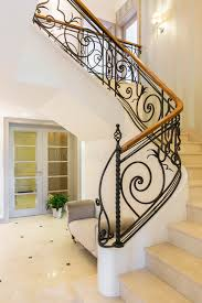 corrimano luminoso scale di marmo con il corrimano nell interno luminoso immagine