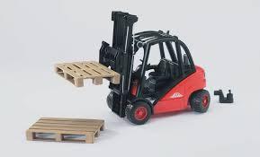 amazon com bruder toys linde h30d fork lift with pallet toys u0026 games