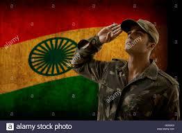 Flag Im Soldat Mit Indischen Flagge Im Hintergrund Grüßen Stockfoto Bild