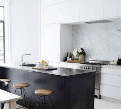 hotte de cuisine blanche la hotte aspirante est invisible cachée dans le meuble cuisine