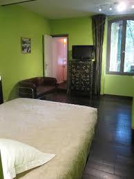 chambre annexe chambre brédoury vue sur la véranda jardin et la chambre