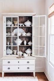 vitrine cabinet base moulding light side and bed linen