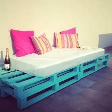 canap bleu ciel comment fabriquer un canapé en palette tuto et 60 idées