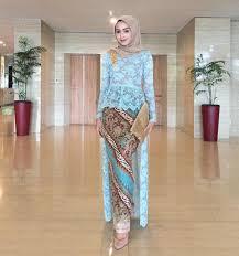 rok muslimah inspirasi kebaya modern brokat biru dengan rok batik kebaya