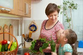 mere et fille cuisine mère et fille avec des légumes et des fruits frais dans l intérieur