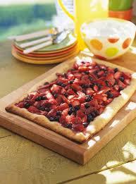 la cuisine de ricardo recette de ricardo tarte rustique aux fraises et aux bleuets