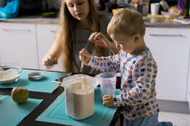 maman cuisine garçon enfant avec maman cuisine dans la tourte de cuisine