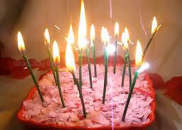 candele scintillanti le candele scintillanti verde scuro della torta di compleanno con