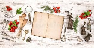 ustensile de cuisine vintage vieux livre de cuisine avec des légumes des herbes et des