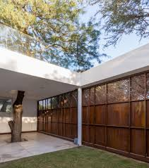 Iron Home Fcp Arquitectura S Mooe House Contrasts White Walls With Iron Screens