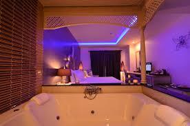 nuit d hotel avec dans la chambre une chambre du0027hotel amusant hotel avec baignoire dans la chambre