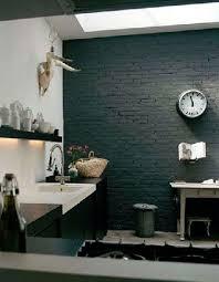 cuisine mur noir un mur noir dans une cuisine blanche c est tendance wall ideas