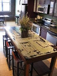 transformer une table de cuisine des idées originales pour recycler vos vieilles portes en bois