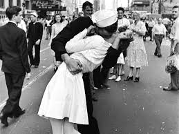 the in the iconic v j day photo died at 92 here s