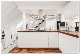 bodenbelag treppe bodenbelag aus glas weiss kueche modern holz treppe esstisch fernseher