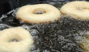 cara membuat donat agar mengembang 3 cara menggoreng donat agar mengembang dan empuk yang benar