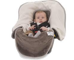 couverture siège auto bébé pourquoi bébé ne doit pas garder manteau dans siège auto