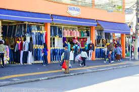 bras sao paulo de turistas olhando roupas nas lojas do brás em são paulo brasil