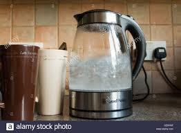 cuisiner avec une bouilloire cuisine avec des tasses à café et bouilloire électrique en verre d