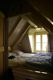wohnideen schlafzimmer abgeschrgtes braune fliesen in der mansarde badezimmer mit badwanne wohnideen