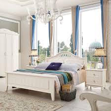 chambre a coucher avec coiffeuse chambre à coucher lit table et chaise coiffeuse table chevet