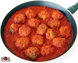 cuisiner des boulettes de boeuf boulettes de viande dans une sauce à la tomate