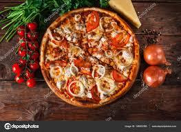 cuisine italienne pizza cuisine italienne pizza chaude servi sur table en bois