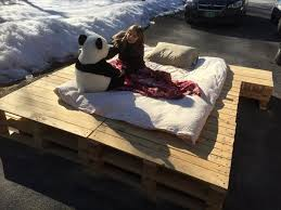 diy platform pallet bed with side table 101 pallets