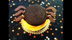 how to make spider halloween cupcakes with oreos diy tutorial