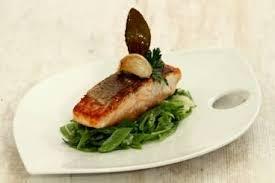 cuisiner des pois gourmands recette de dos de saumon à l unilatérale mitonnée de pois