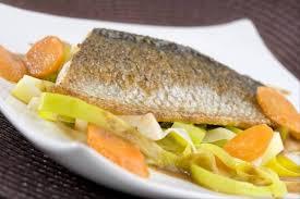 cuisiner le bar entier recette de pavé de bar au jus de langoustine carottes et poireaux